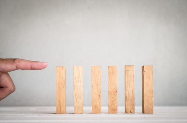 Een deel van menselijke vingerduw houten domino op lijst