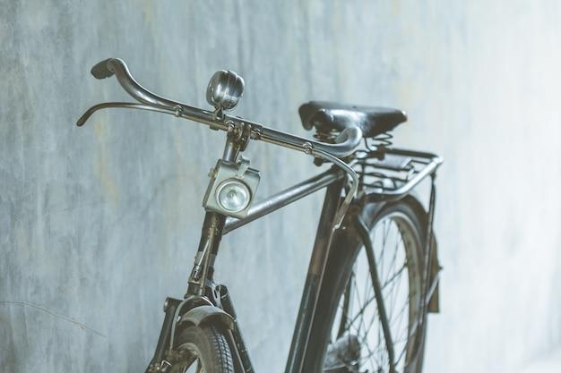 Een deel van oude uitstekende fiets die als illustraties wordt gebruikt