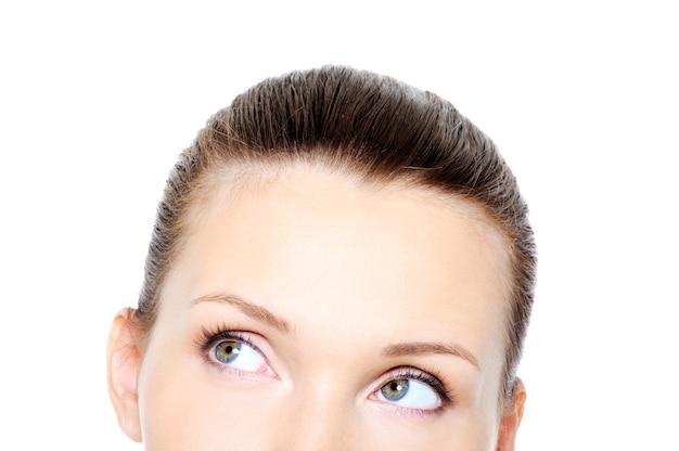 Een deel van vrouwelijk hoofd met rollende ogen