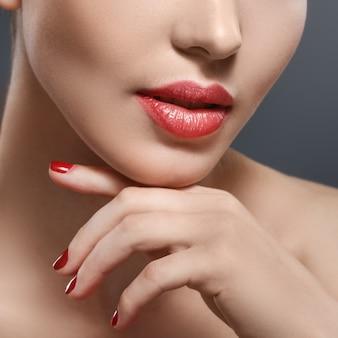Een deel van vrouwengezicht met rode lippen