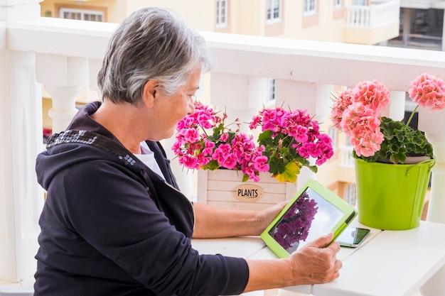 Een derde leeftijd vrouw grijs haar 70 jaar oud blanke vrouw las een e