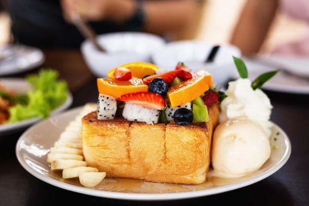 Een dessert voor aperitiefhapjes met een mix van vers fruit.