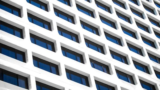 Een detailopname van het raam van een kantoorgebouw