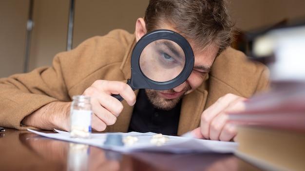 Een detective die bewijsmateriaal onderzoekt met een vergrootglas