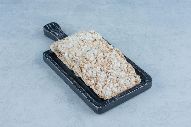 Een dienblad met gepofte rijstwafels op marmer.