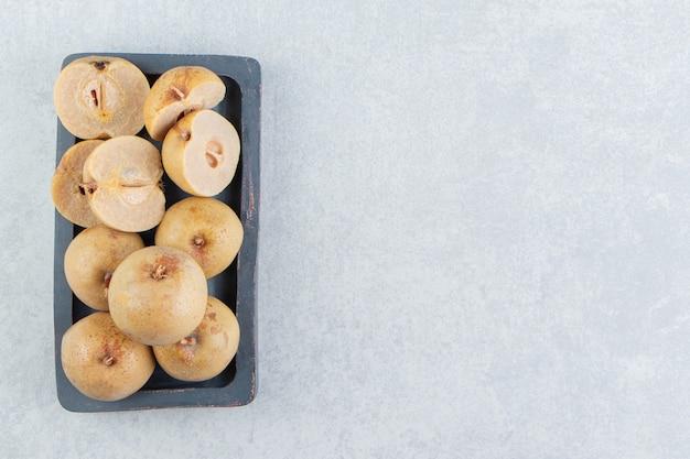 Een dienblad met ingemaakte appels