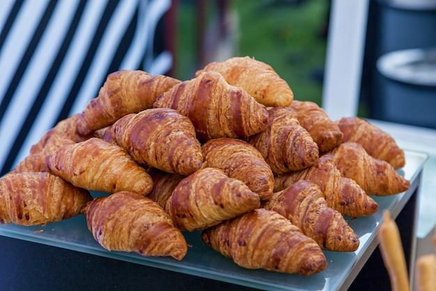 Een dienblad met vers croissantbladerdeeg bij een plaatselijke bakker