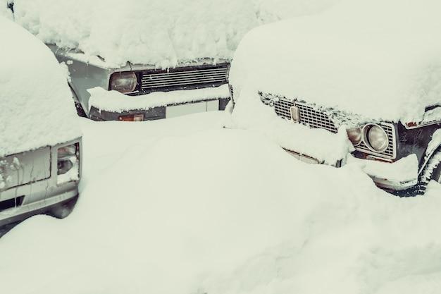 Een dikke laag witte sneeuw op de auto
