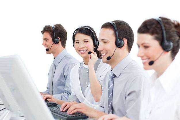 Een diverse groep van klantenservice agenten werken in een call cen
