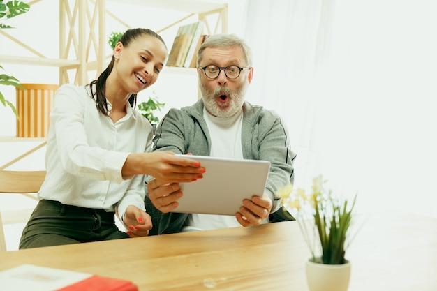 Een dochter of kleindochter brengt tijd door met de grootvader of senior man
