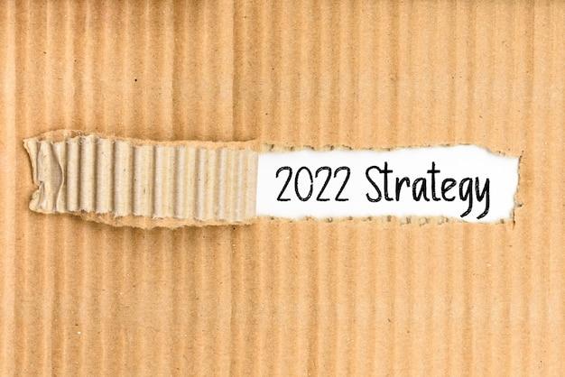 Een documentenmap met de bedrijfsstrategie voor 2022 op de gescheurde omslag
