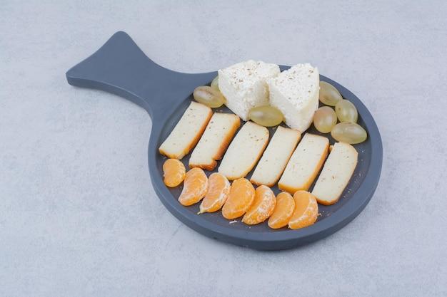Een donkere pan met gesneden brood en fruit. hoge kwaliteit foto
