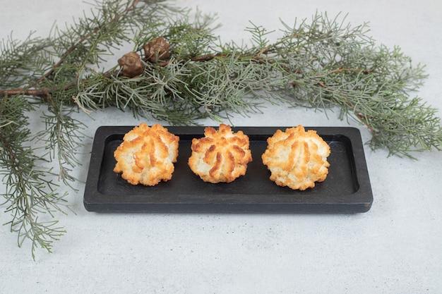 Een donkere plank vol zoete verse ronde koekjes