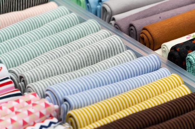 Een doos met kleurrijke stukken stof om te knutselen en te borduren