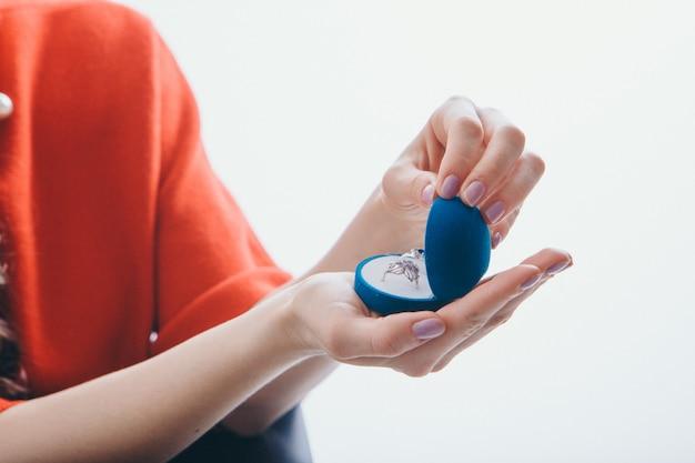 Een doos met ringen in de hand van het meisje
