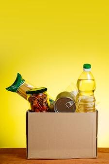 Een doos met voedsel op de tafel. humanitaire hulp aan mensen in moeilijke situaties.