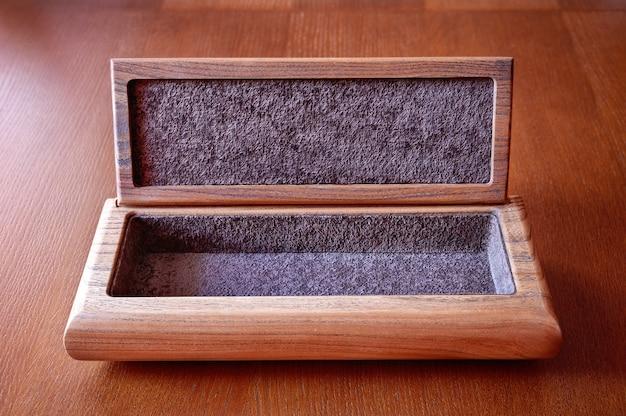 Een doos van beukenhout op een houten tafel.