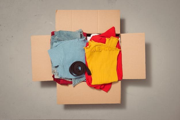Een doos vol kleren die gebruikt zijn in de conceptdonatiebox