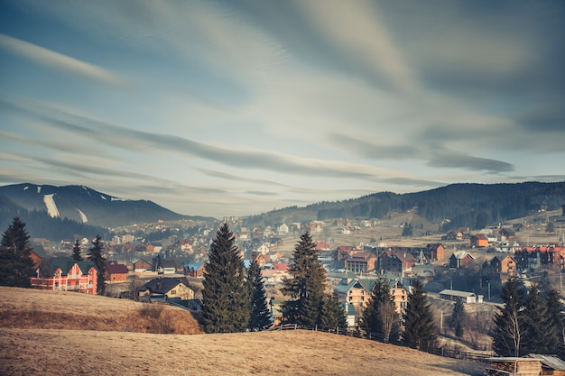 Een dorp omringd door de karpaten. oekraïne.