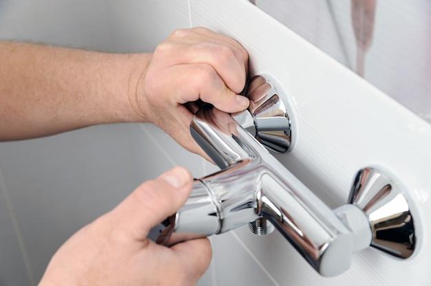 Een douchekraan installeren.
