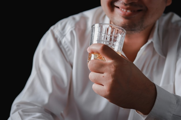 Een drankje voor de man. bijgesneden close-up van een man die whisky drinkt aan de bar