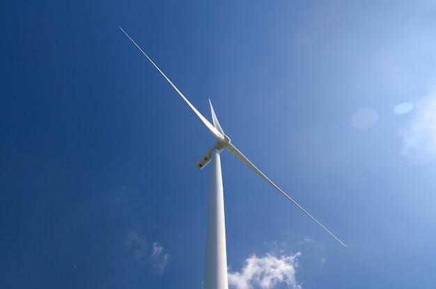 Een driebladige windturbine