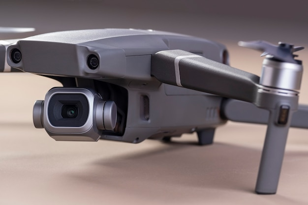 Een drone op bruin oppervlak.