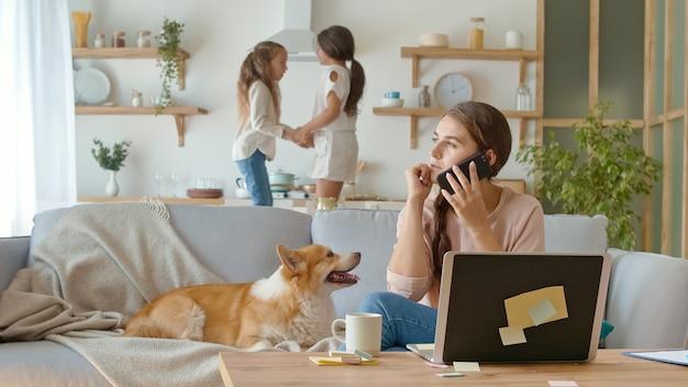 Een drukke moeder probeert op afstand met haar kinderen thuis te werken tijdens quarantaine...