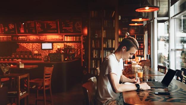 Een drukke student die aan zijn huiswerk werkt