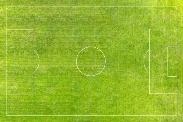 Een echt voetbalveld, voetbalveld. groen gras. groen gestreept gazon. witte aftekeningen op het gras