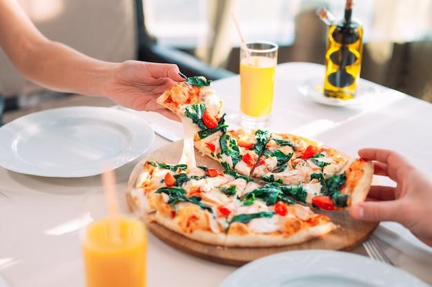 Een echtpaar eet pizza in een restaurant