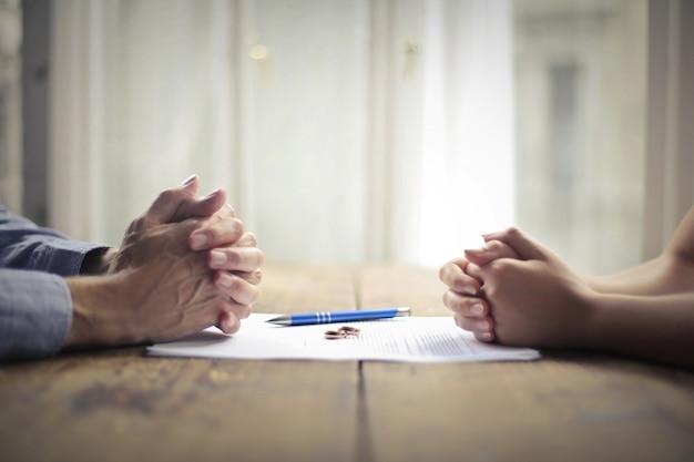 Een echtscheidingsdocument ondertekenen