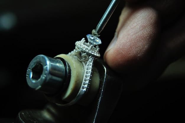 Een edelsteen in een sieradenring bevestigen tijdens het productieproces