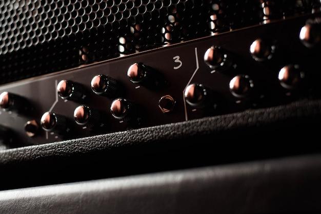 Een een gitaarcombo versterker of sprekersclose-up op zwarte