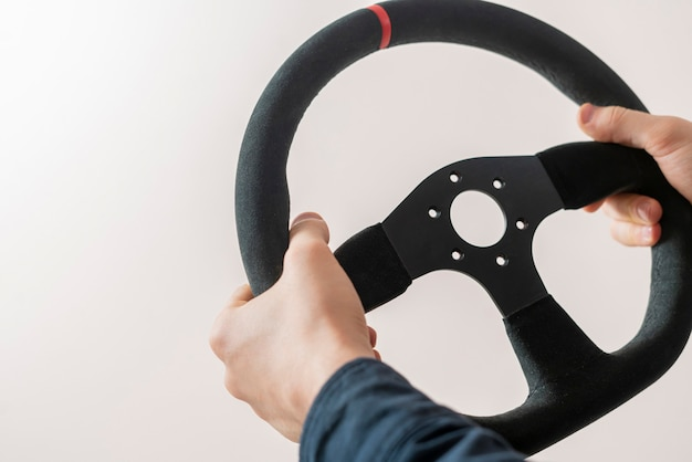 Een eenvoudig abstract autostuur met de handen van een voertuig