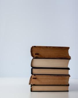 Een eenvoudige compositie van verschillende oude boeken op een witte moderne tafel