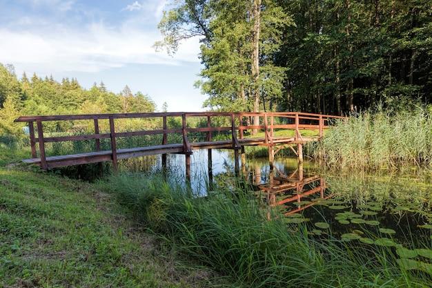 Een eenvoudige houten brug gebouwd over een smalle rivier voor het gemak van de beweging van mensen