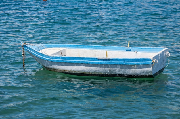 Een eenzame boot in de haven afgemeerd in het water.