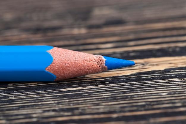 Een effen houten potloden met blauwe stift voor tekenen en creativiteit