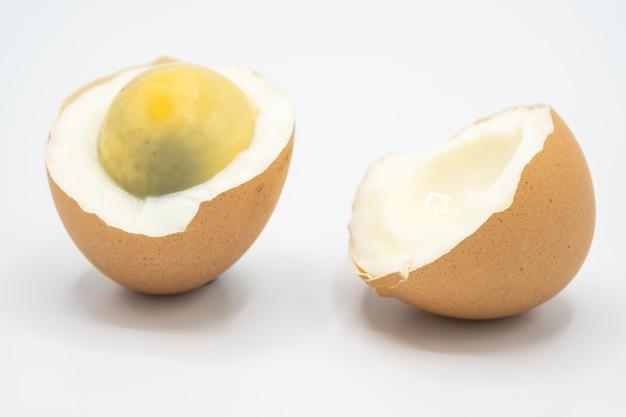 Een ei gekookt en gebroken