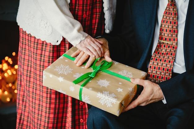 Een elegant oud paar viert kerstmis