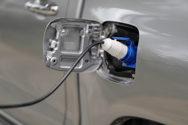 Een elektrische auto opladen terwijl de voedingskabel is aangesloten