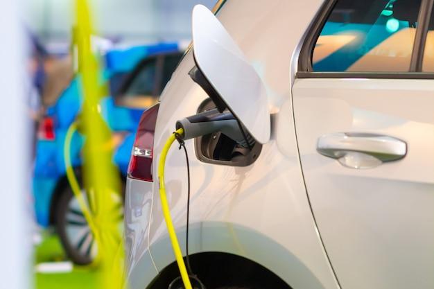 Een elektrische of hybride phev-auto opladen met de stekker in het stopcontact. oplaadpunt voor elektrische auto's