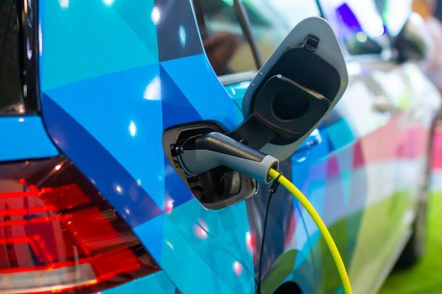 Een elektrische of hybride phev-auto opladen terwijl de voedingskabel is aangesloten. oplaadstation voor elektrische auto's