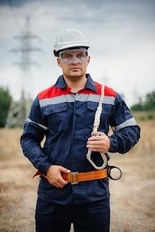 Een energiewerker inspecteert hoogspanningsleidingen. energie.