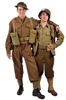 Een engelse soldaat en een amerikaanse soldaat zijn vrienden