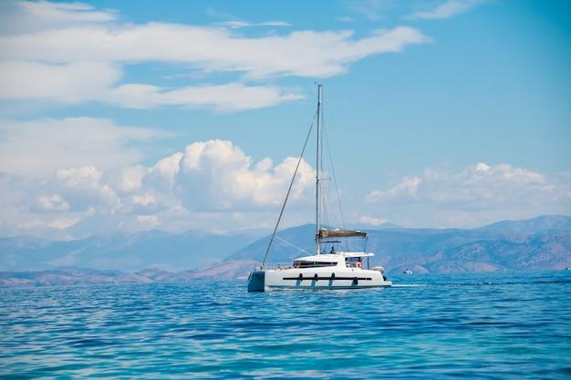 Een enkele catamaran in de open zee.