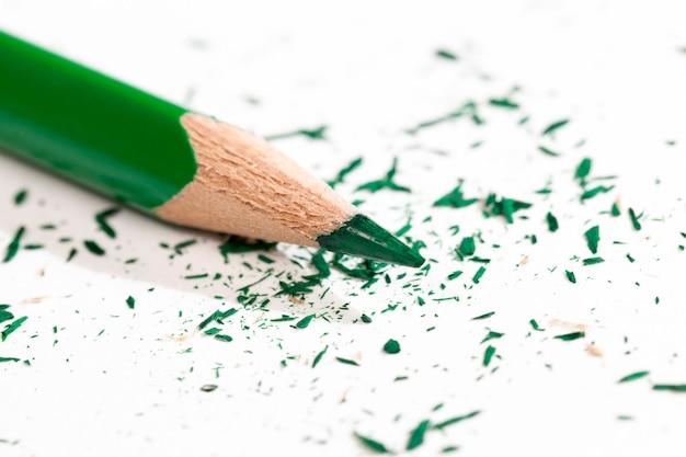Een enkele kleur houten potloden met groene potloodtekening en creativiteit, close-up potlood gemaakt van natuurlijke milieuvriendelijke materialen veilig voor werk en studie