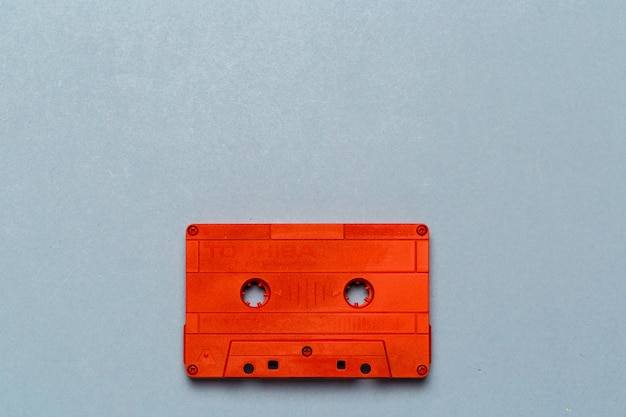 Eén enkele retro-audiocassette op lichtgrijs, bovenaanzicht