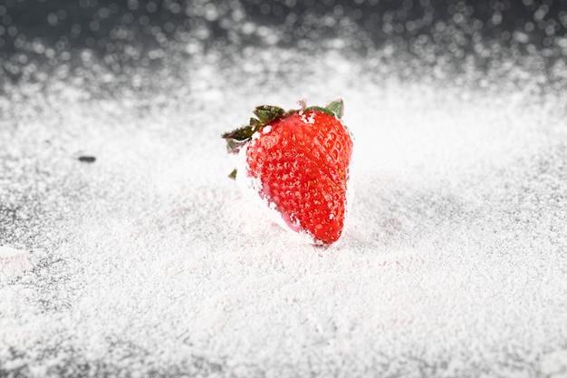 Een enkele stawberry op de bloem